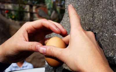 Митад дель Мундо яйцо и гвоздь